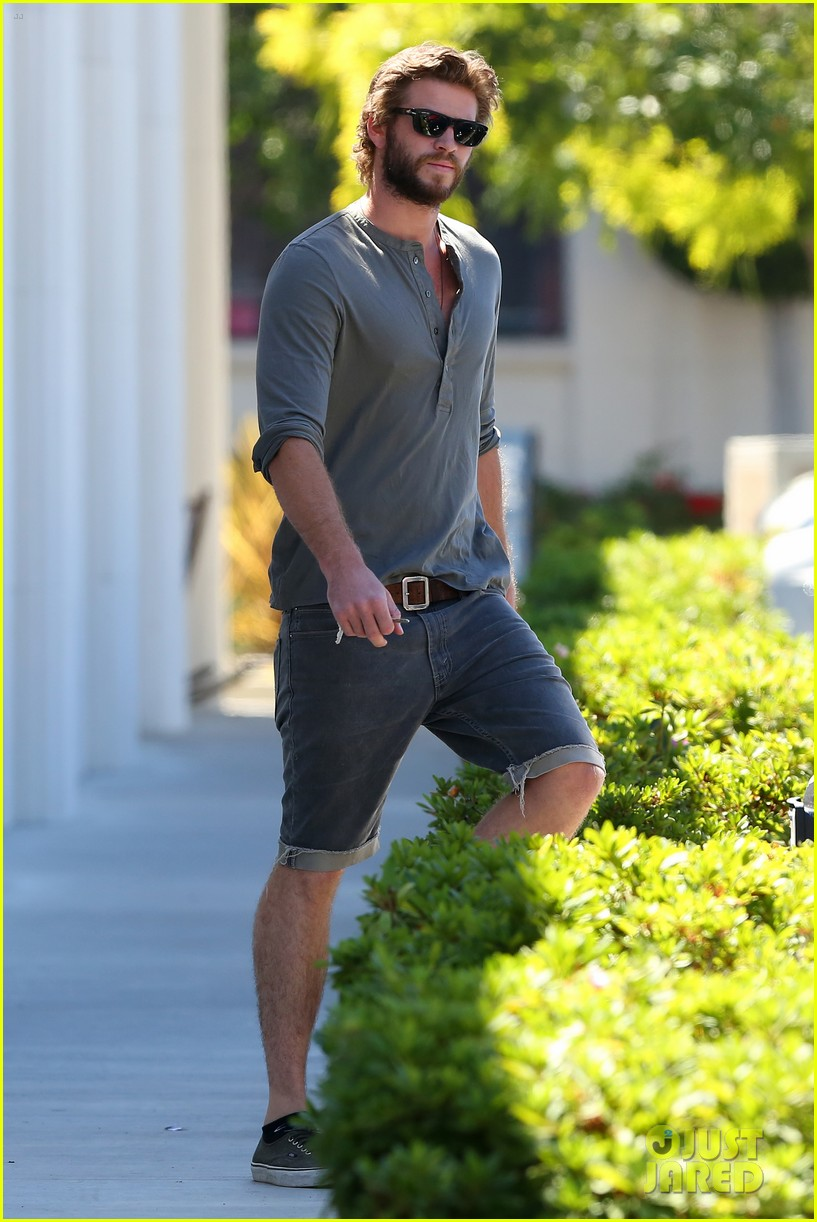 liam hemsworth furniture shopping scruffy beard 043185606