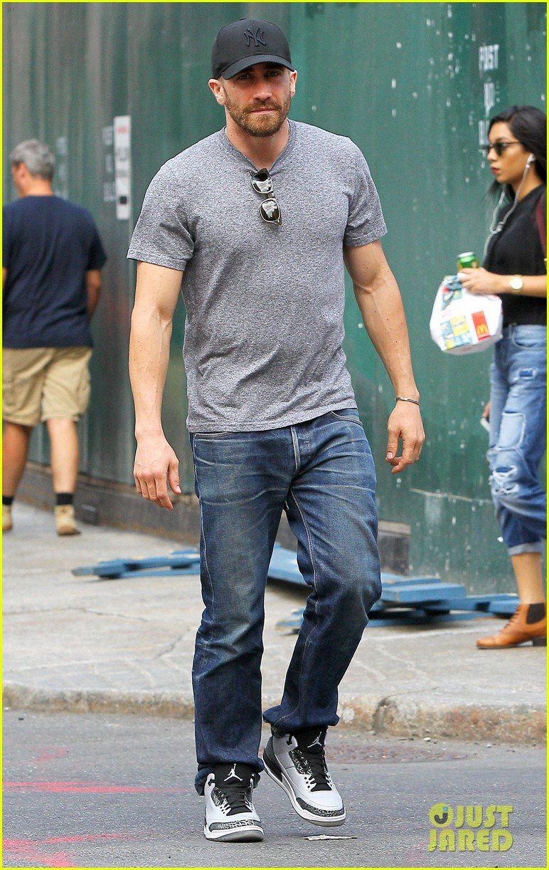 jake gyllenhaals abs are visible through his shirt 073178378