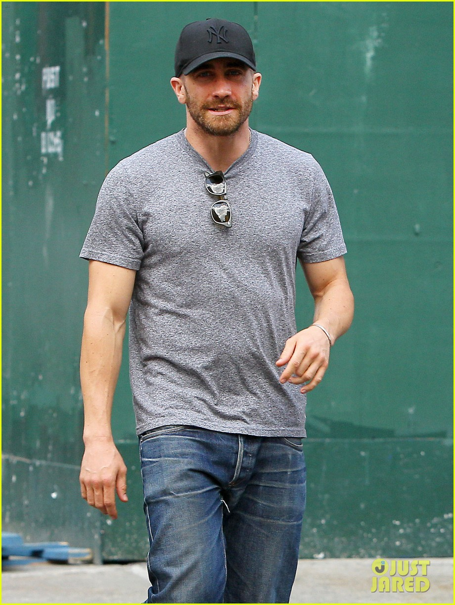 jake gyllenhaals abs are visible through his shirt 083178379