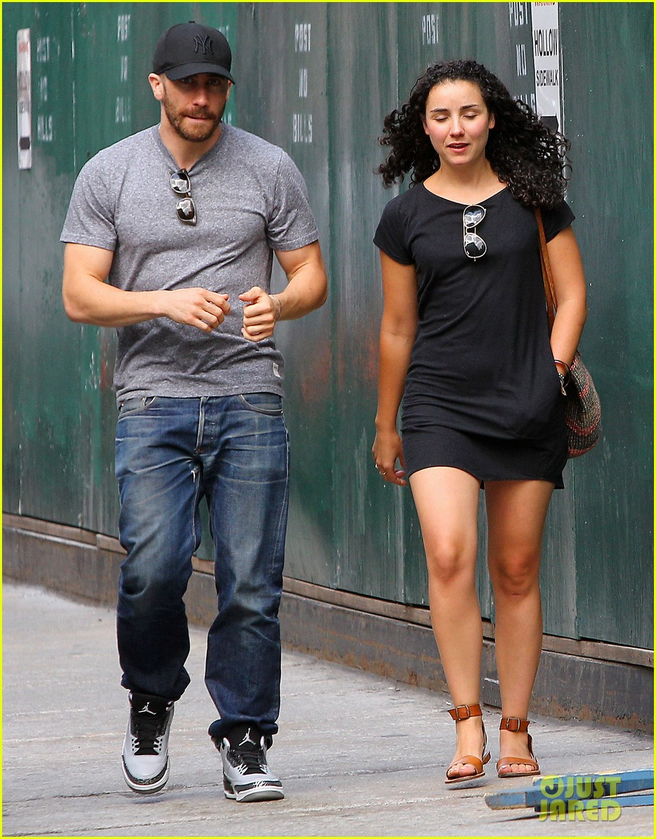 jake gyllenhaals abs are visible through his shirt 093178380
