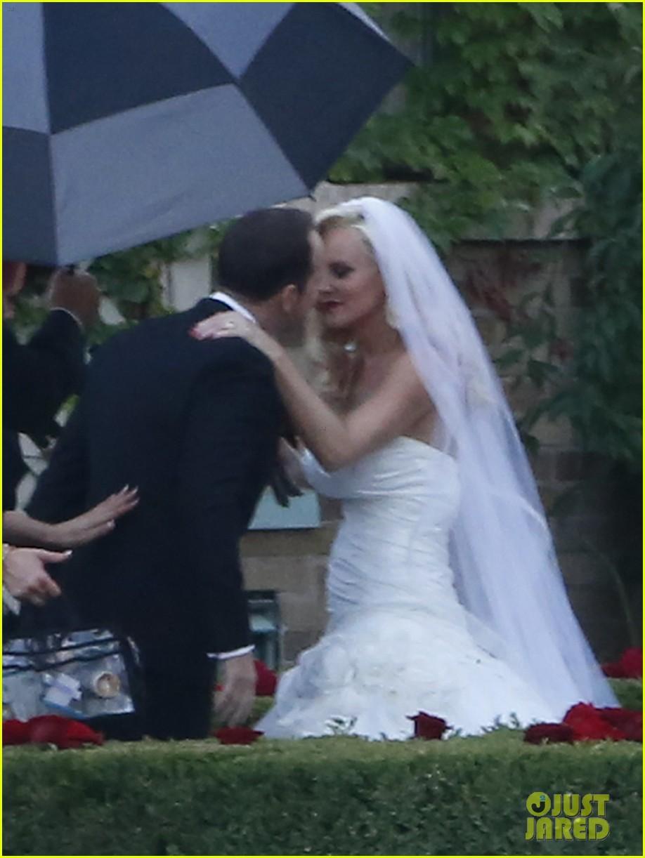 jenny mccarthys wedding dress revealed in wedding pics 033187194
