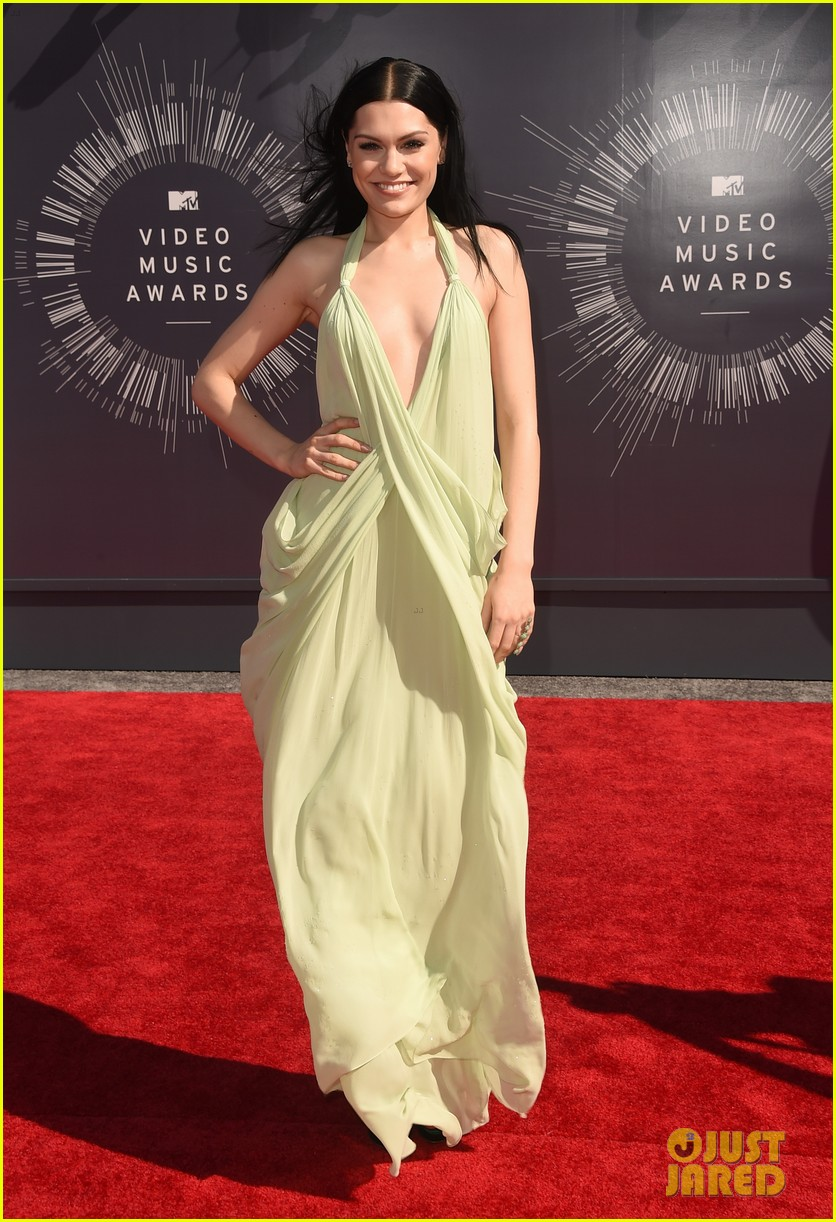 jessie j wears vintage backless dress to mtv vmas 2014 01