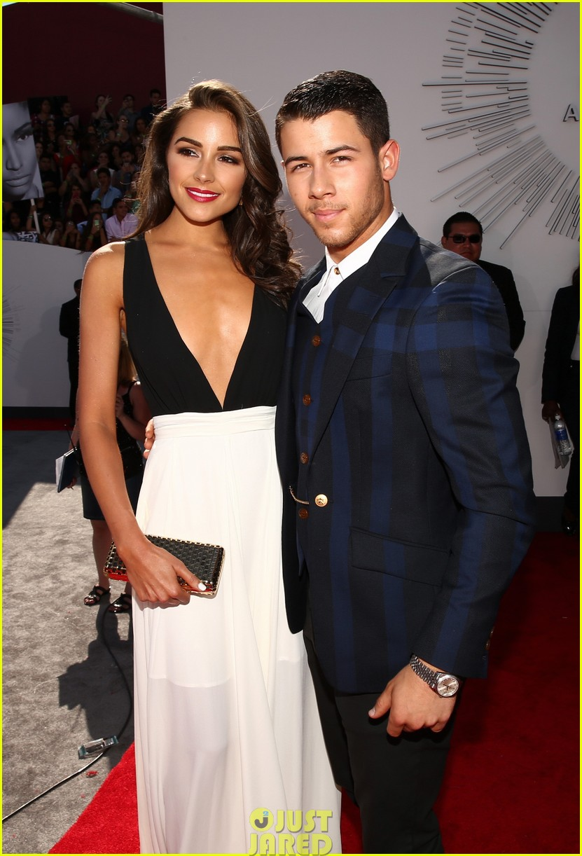 nick jonas olivia culpo vma red carpet 043182414