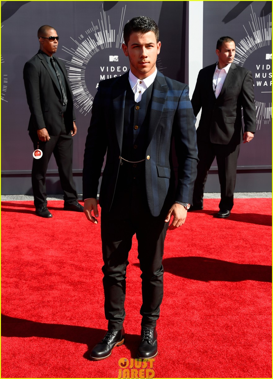 nick jonas olivia culpo vma red carpet 053182415