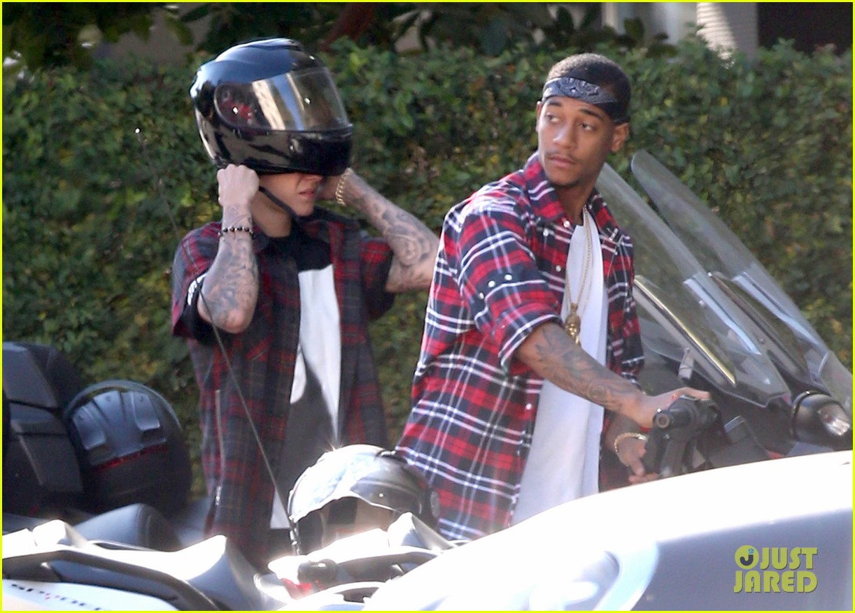 justin bieber ditches facial hair rides spyder 063180495