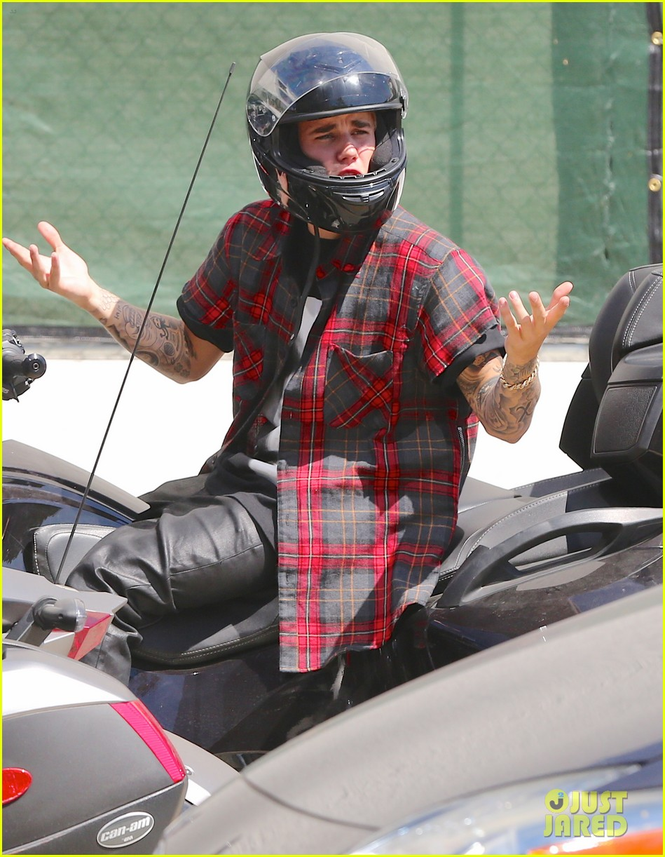 justin bieber ditches facial hair rides spyder 123180501