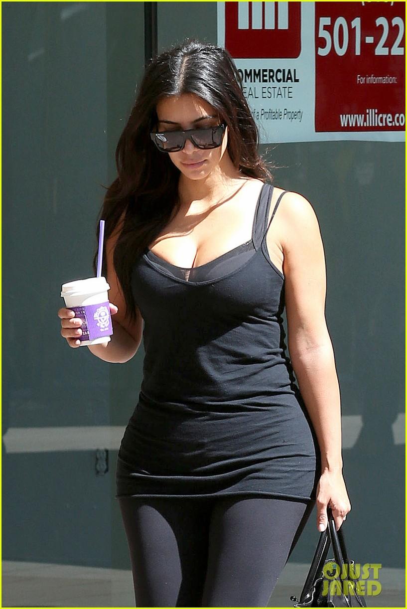 kim kardashian gym tights accentuate her curves 063185640