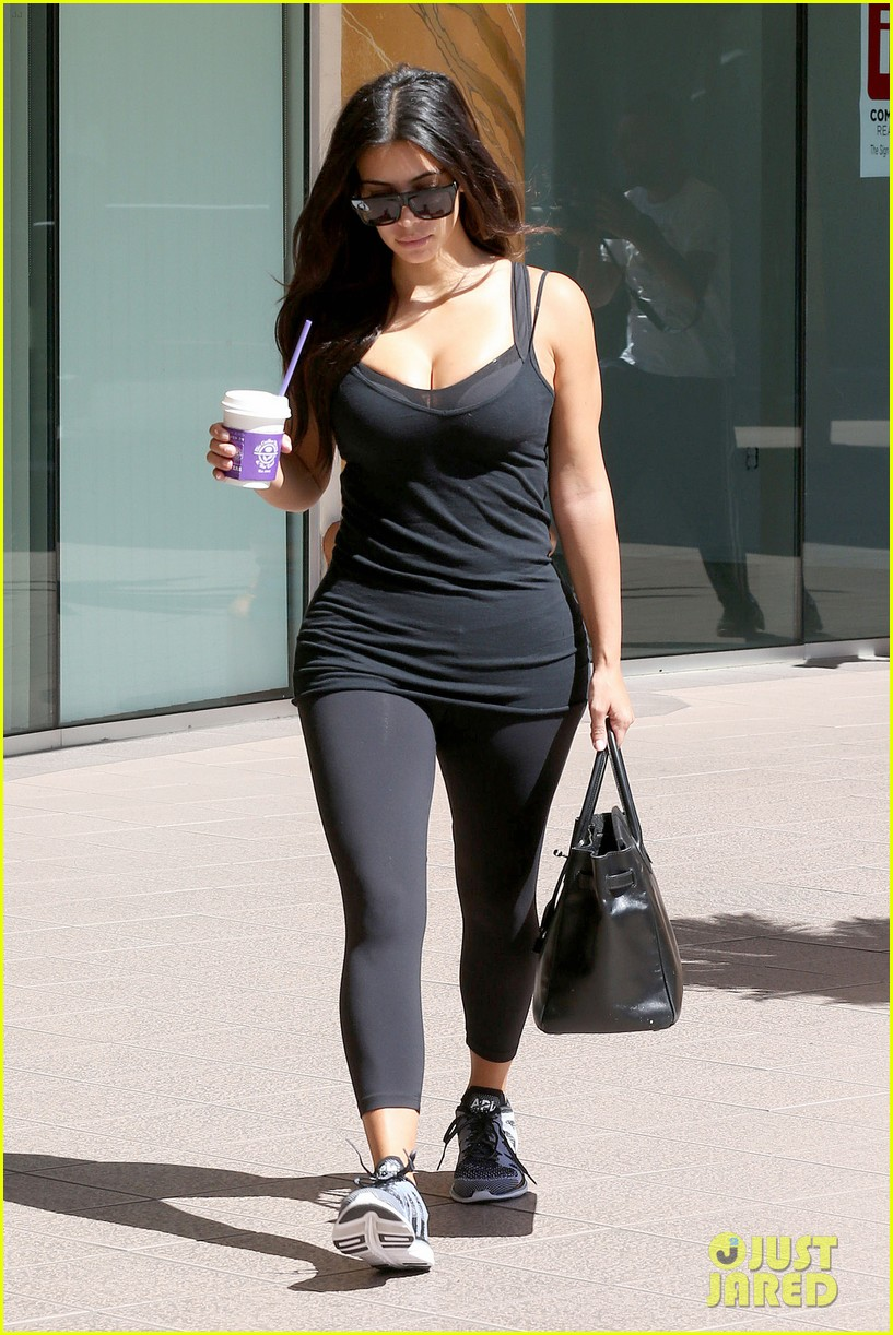 kim kardashian gym tights accentuate her curves 123185646