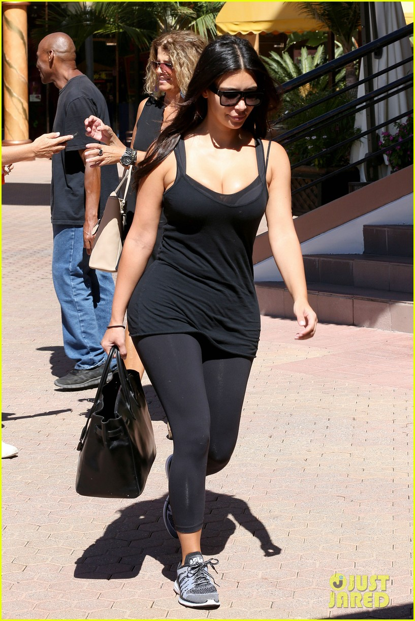 kim kardashian gym tights accentuate her curves 13