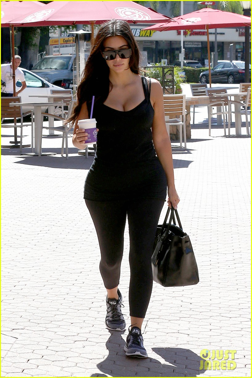 kim kardashian gym tights accentuate her curves 143185648