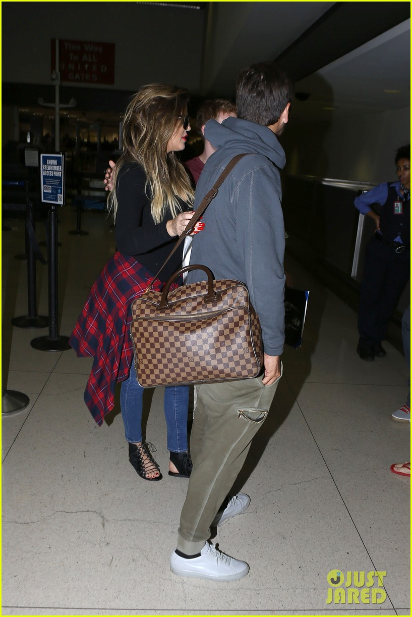 khloe kardashian touches down at lax with scott disick after hosting together 093178484