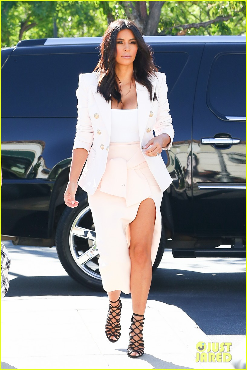 kim kardashian satisfies her sweet tooth with some fro yo 01
