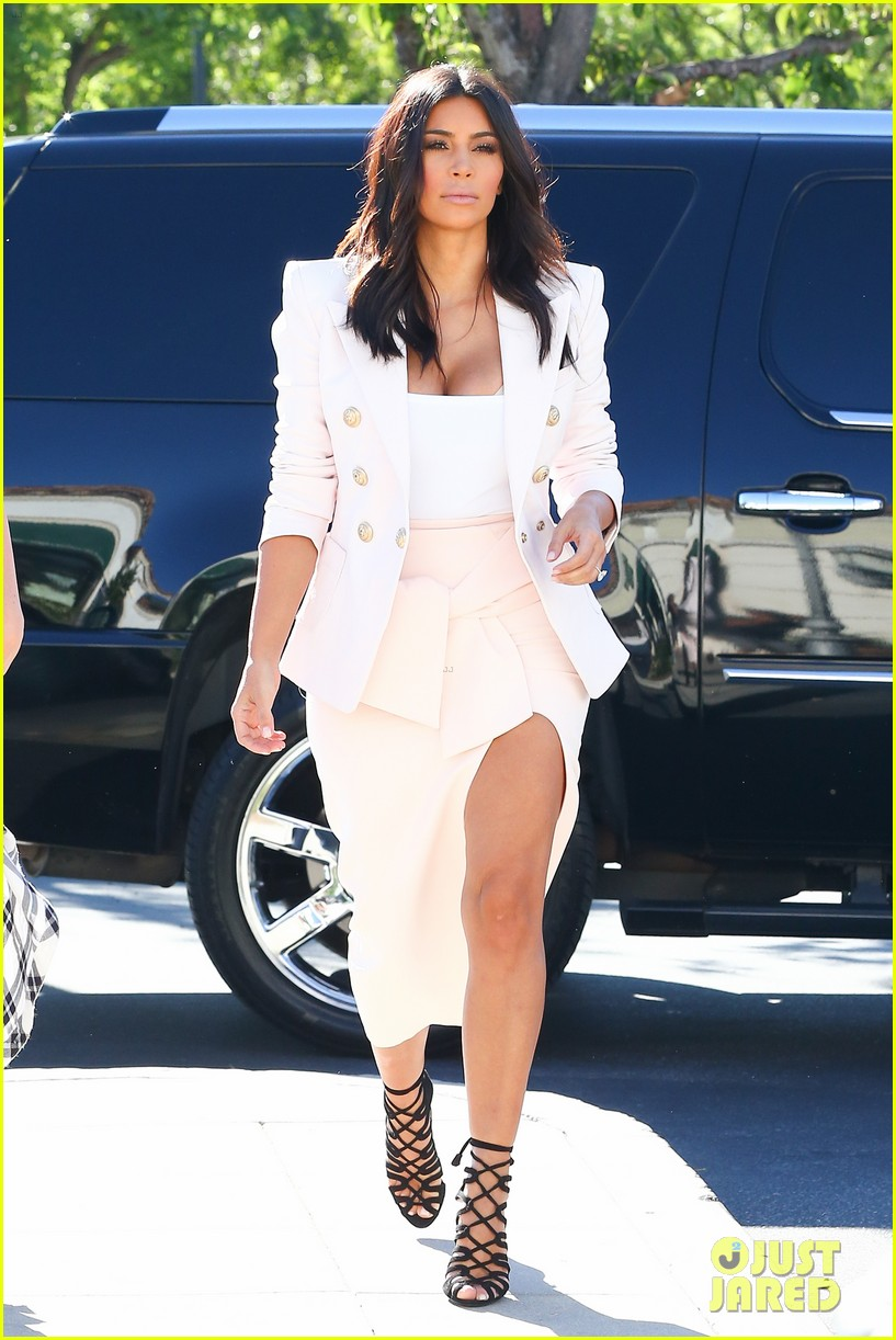 kim kardashian satisfies her sweet tooth with some fro yo 05