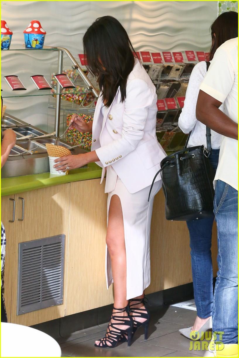 kim kardashian satisfies her sweet tooth with some fro yo 283185779