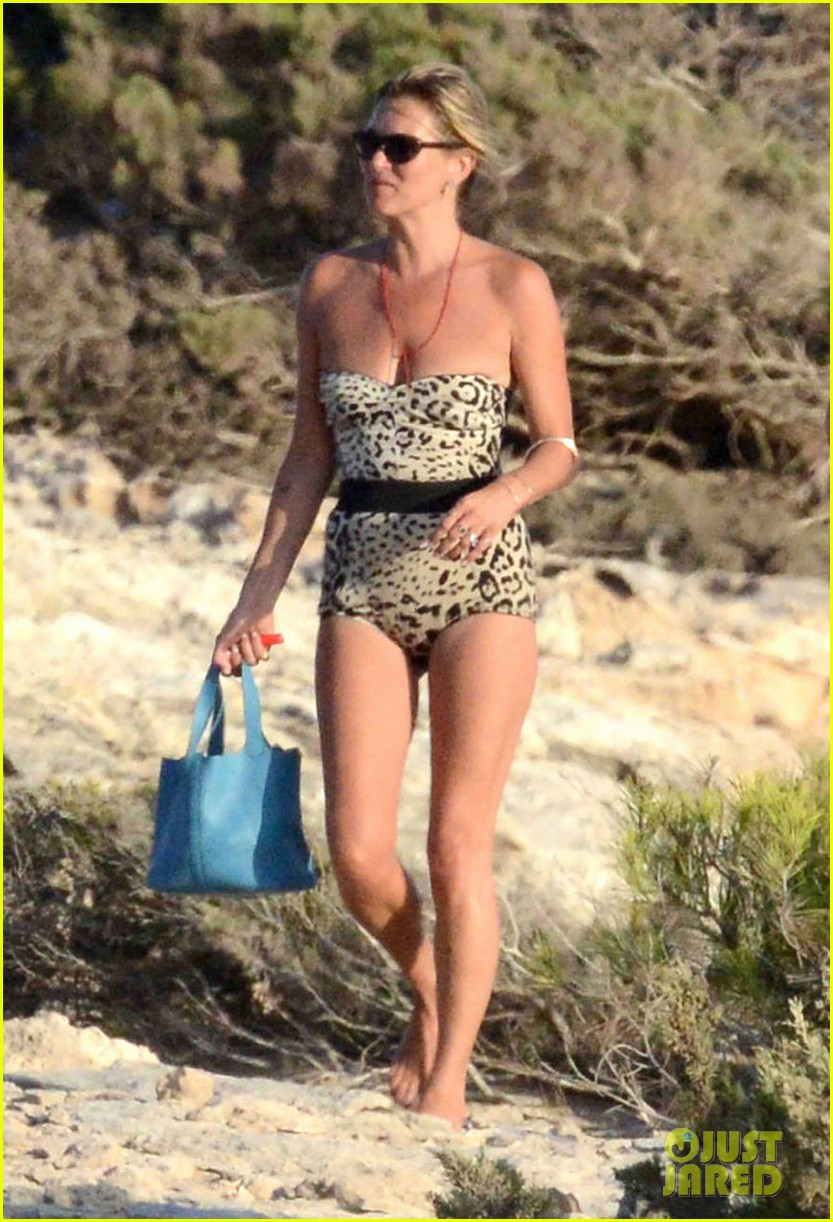 kate moss shows off body animal print bathing suit 01