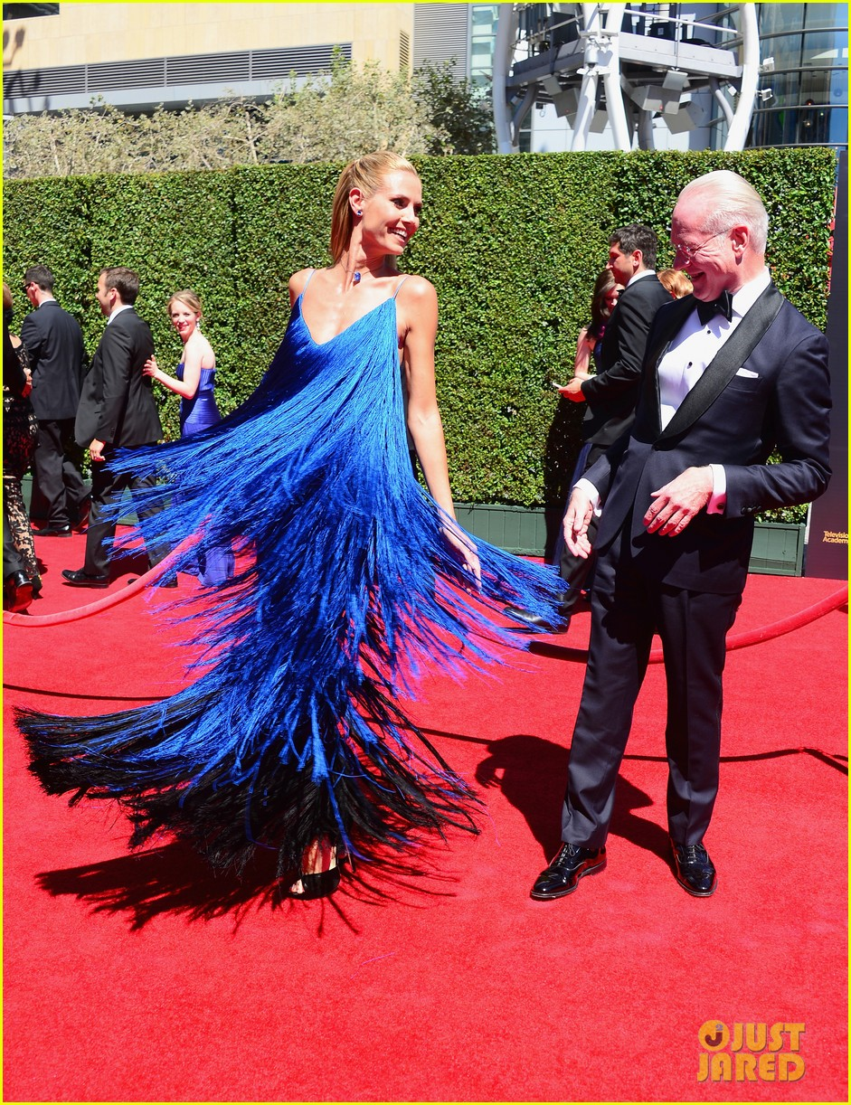 heidi klum twirls into tim gunn creative arts emmys 08