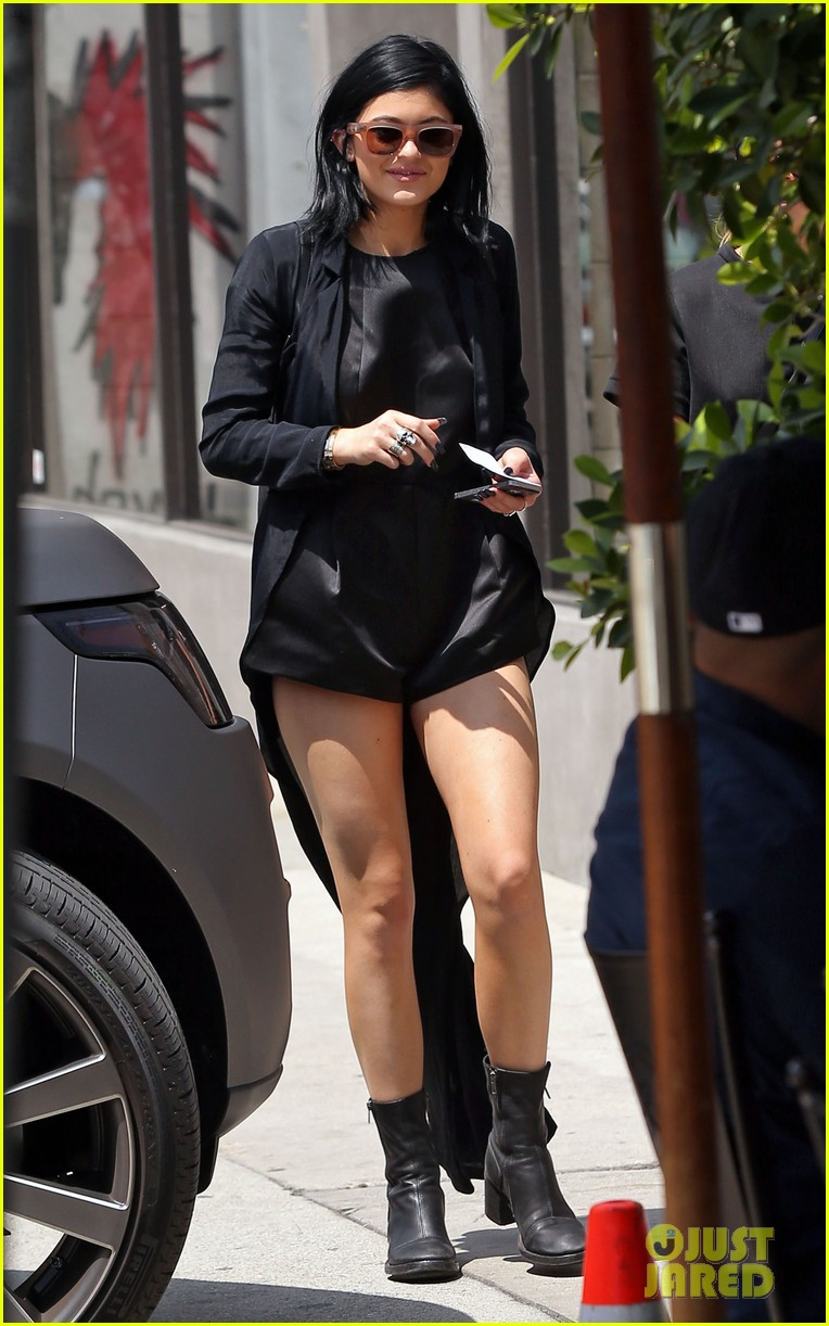 kylie jenner steps out after minor car accident 023179269