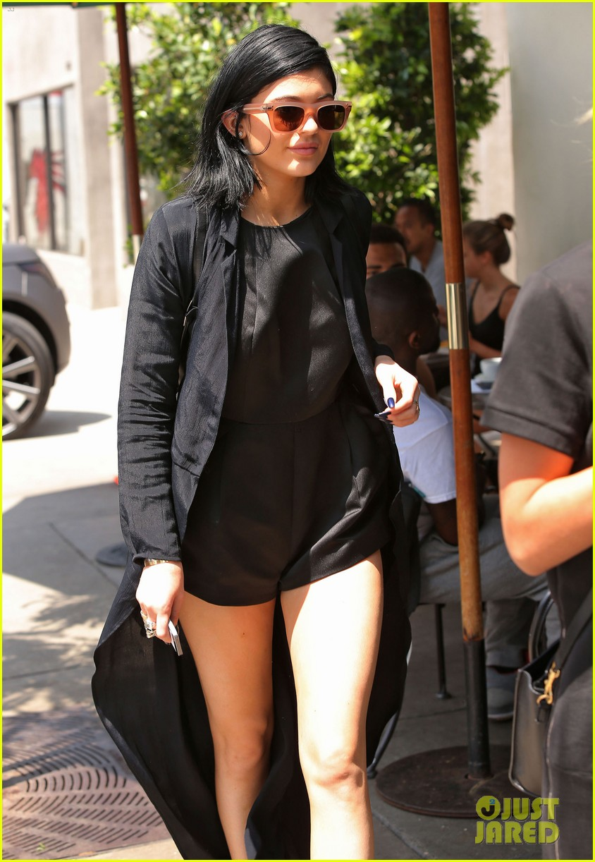 kylie jenner steps out after minor car accident 03