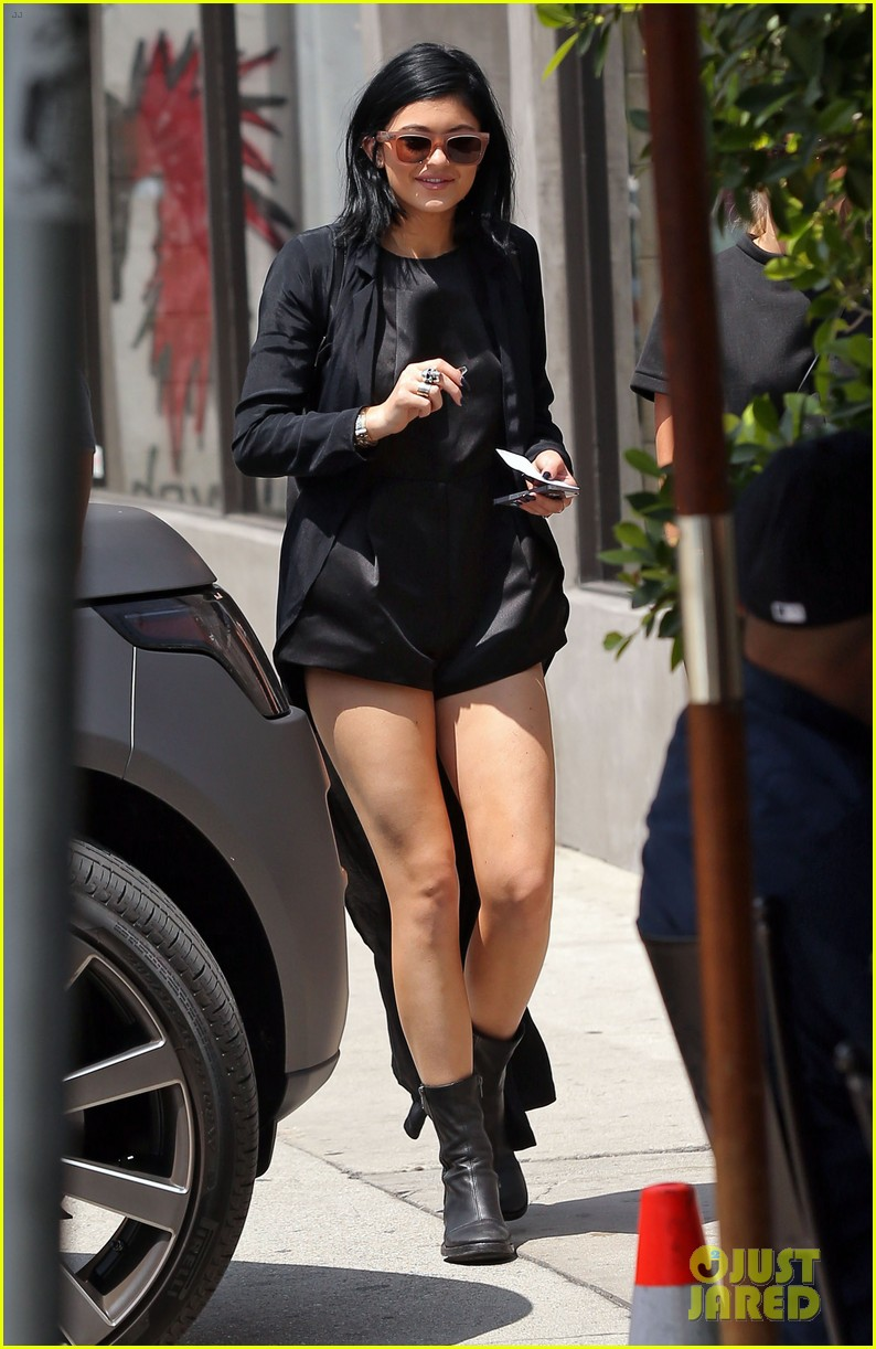 kylie jenner steps out after minor car accident 063179273
