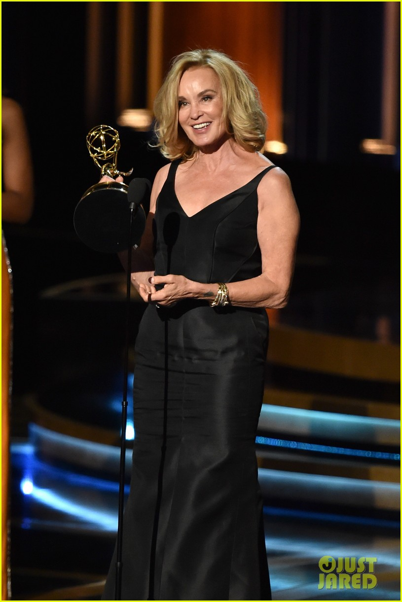 jessica lange brings her emmy to fox after party 03