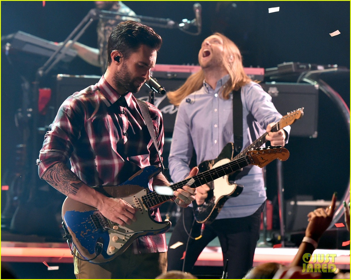adam levine celebrates maroon 5 new album v 093184537