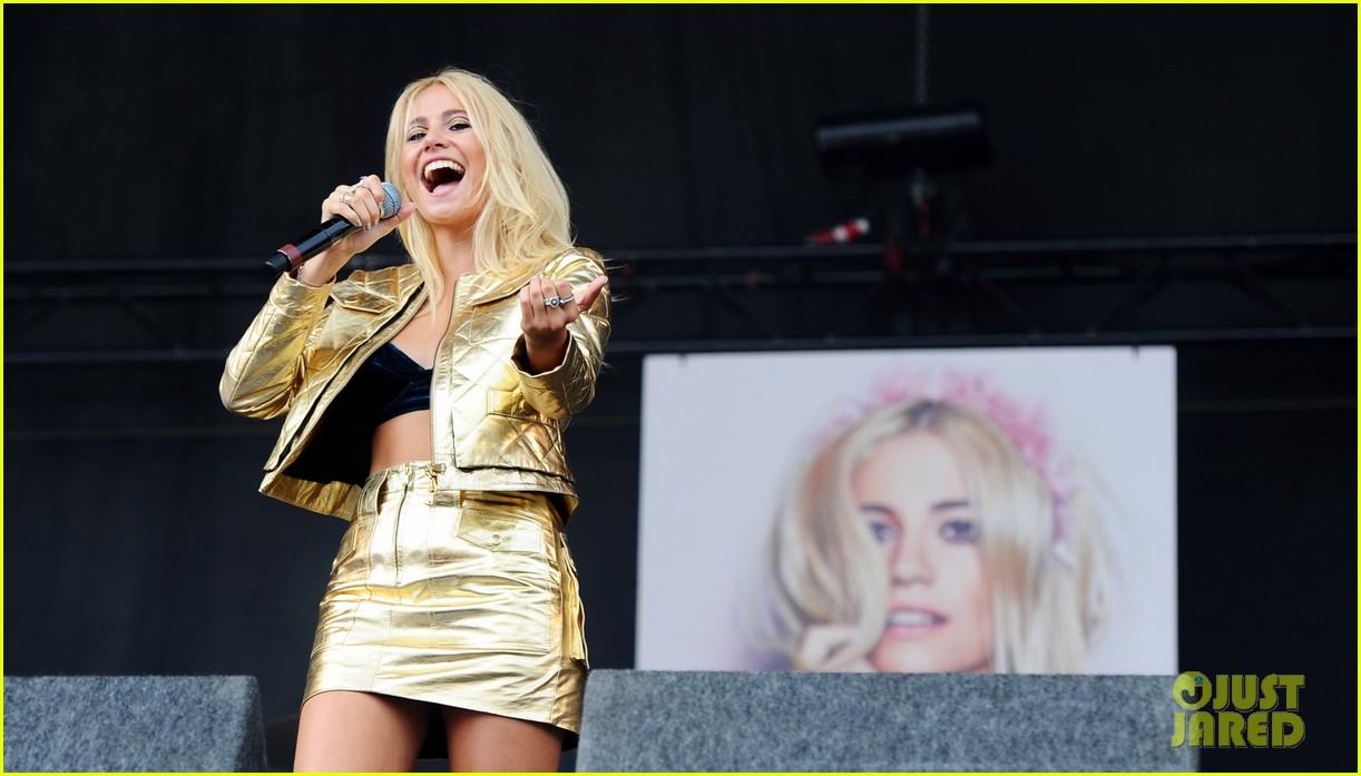 pixie lott v festival performance hair 093177521