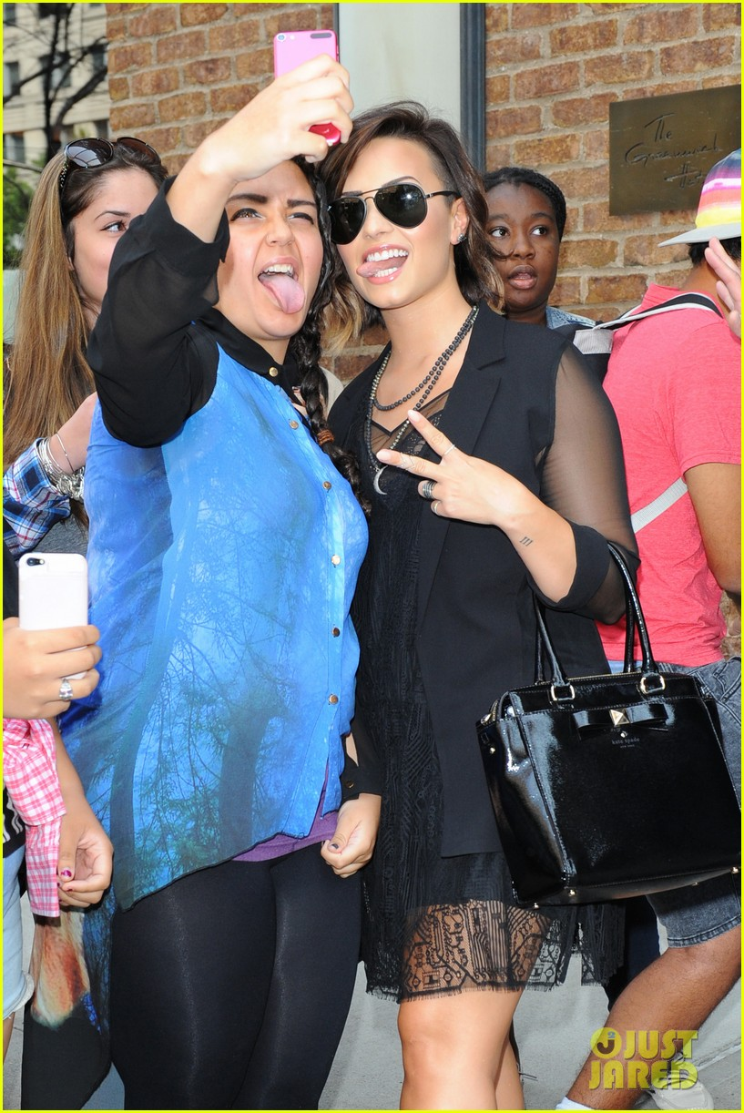 demi lovato tongue out selfie with fan nyc vmas 023177607