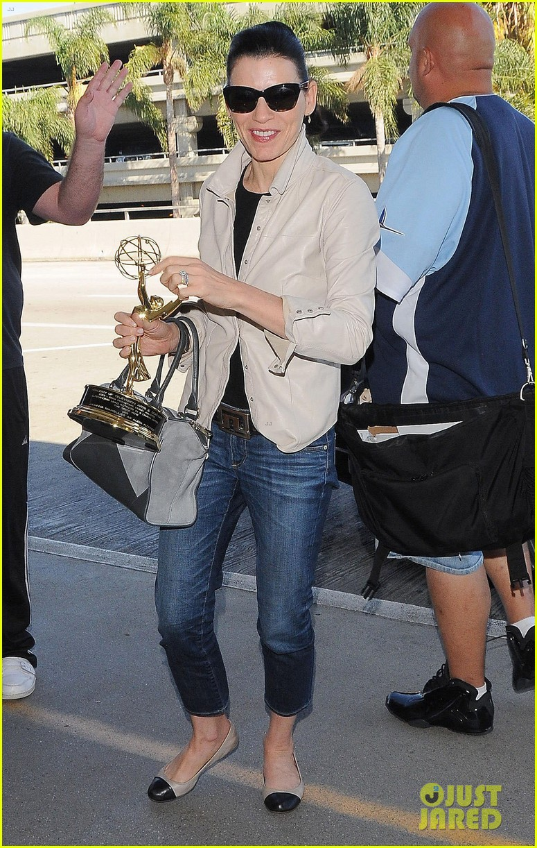 julianna margulies shows off emmy statuette at lax 013184475