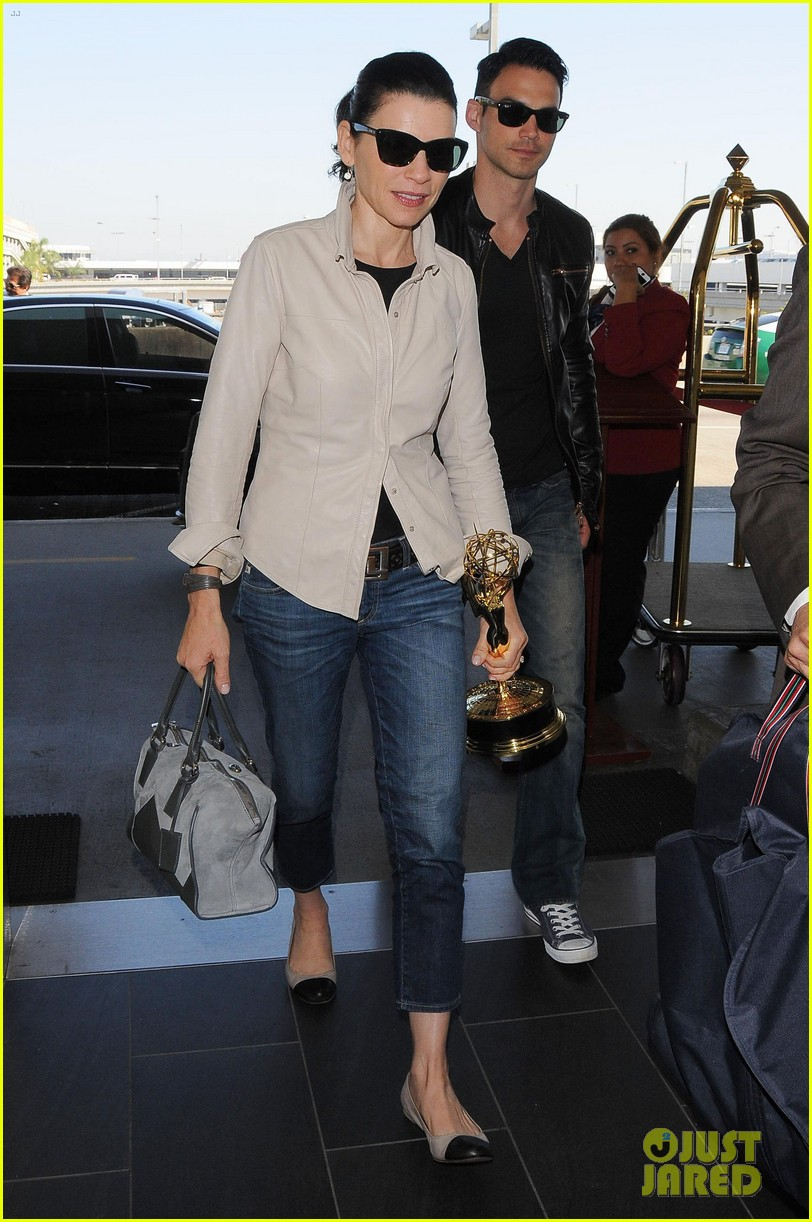 julianna margulies shows off emmy statuette at lax 02