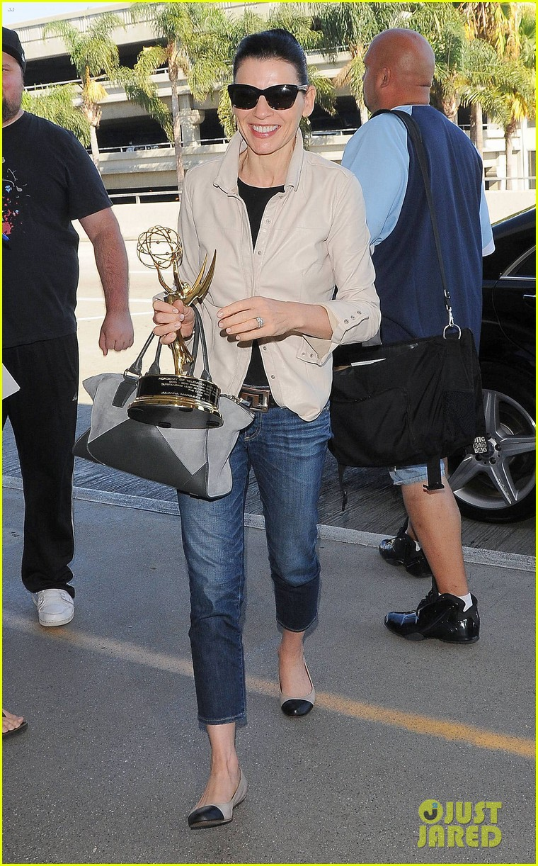 julianna margulies shows off emmy statuette at lax 033184477