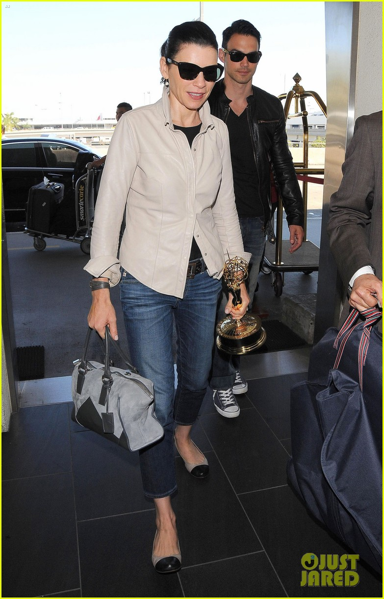 julianna margulies shows off emmy statuette at lax 053184479