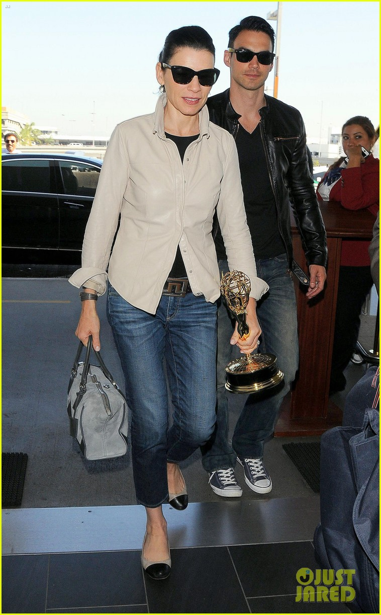 julianna margulies shows off emmy statuette at lax 063184480