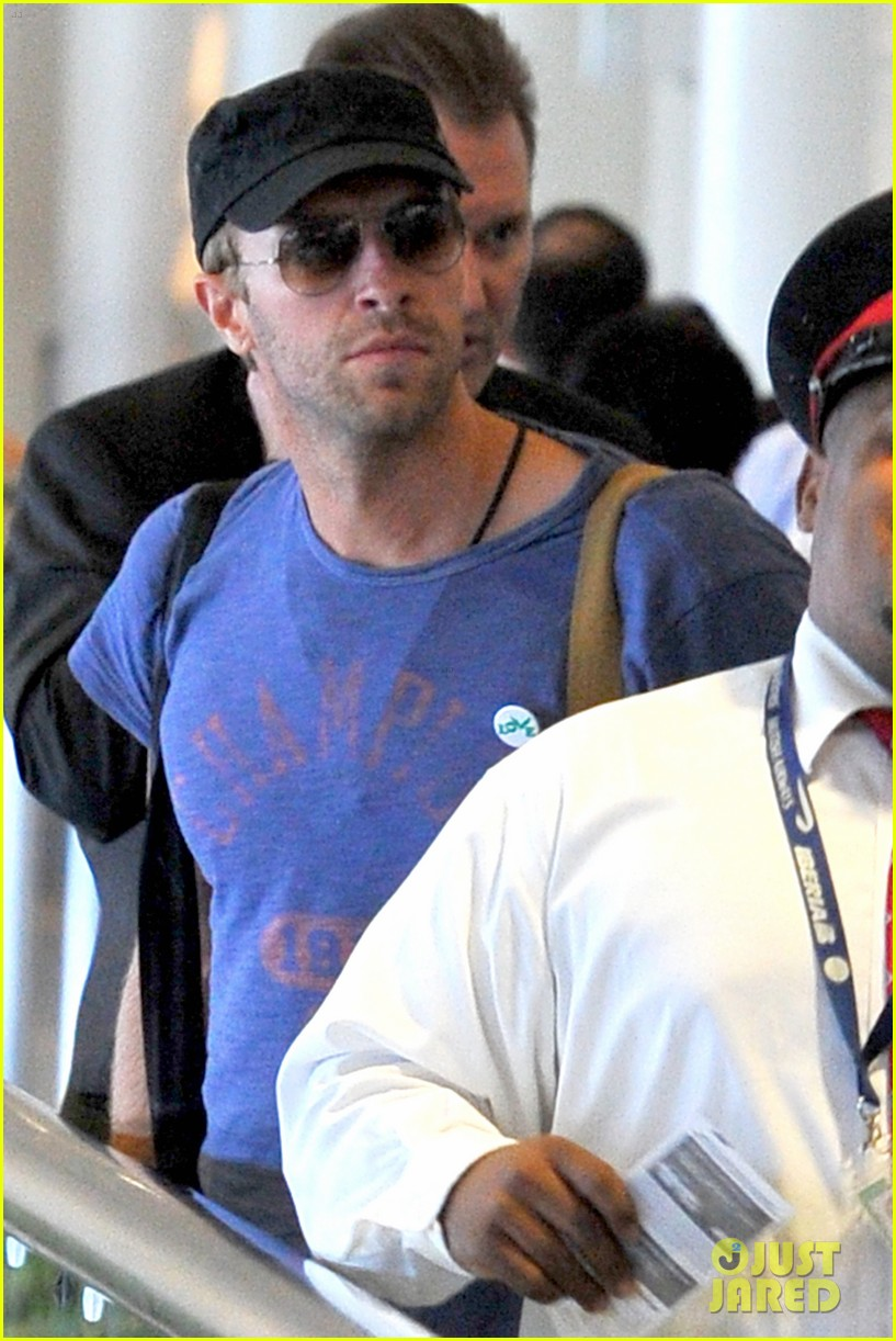 chris martin lands in nyc after vineyard date with jennifer lawrence 073180877