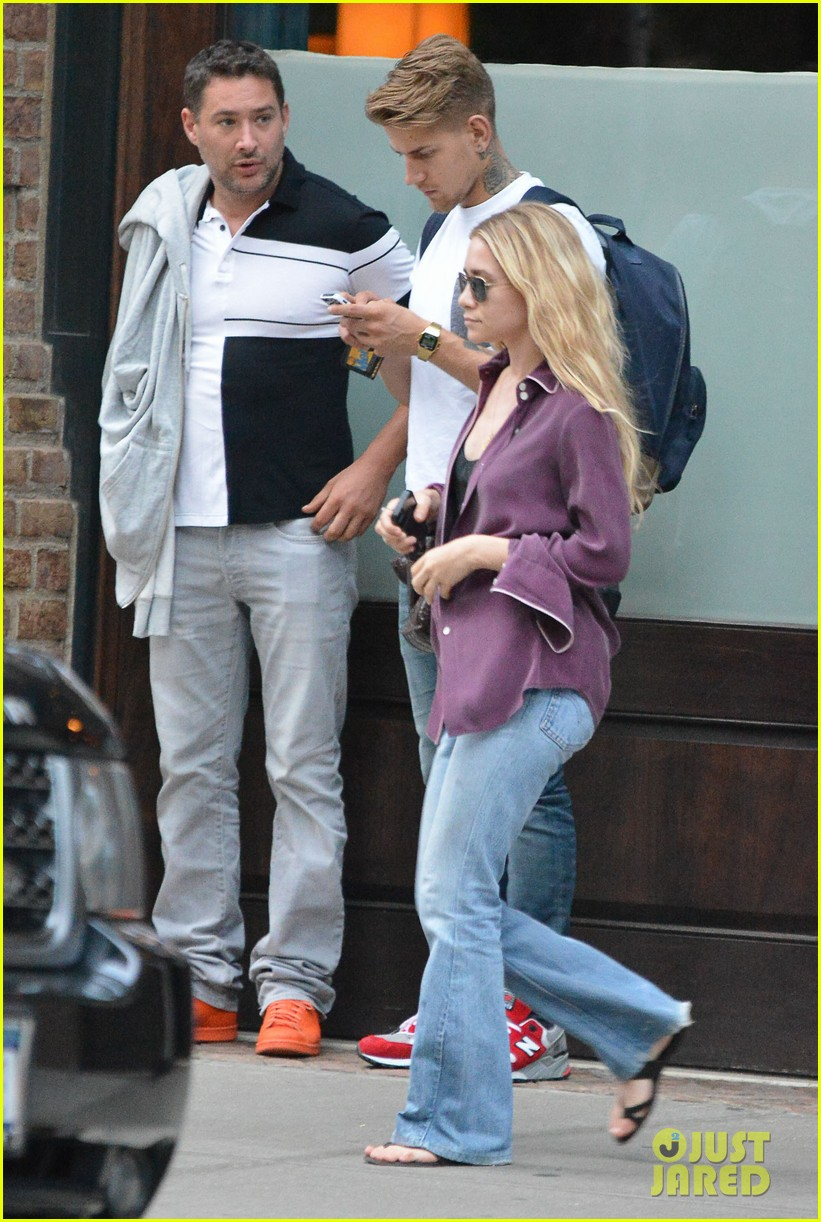 ashley olsen makes a mad dash to her car 033180938