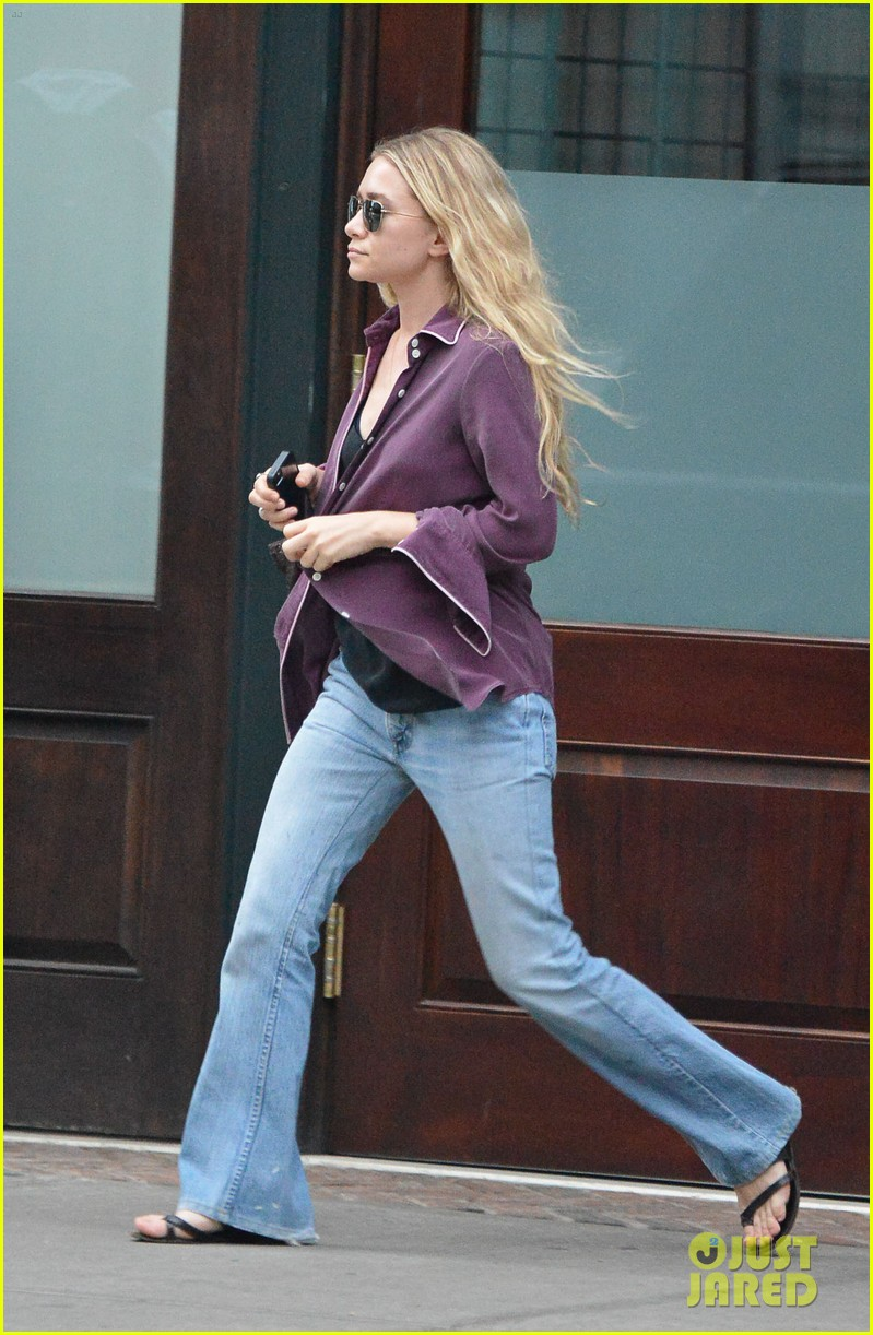 ashley olsen makes a mad dash to her car 073180942