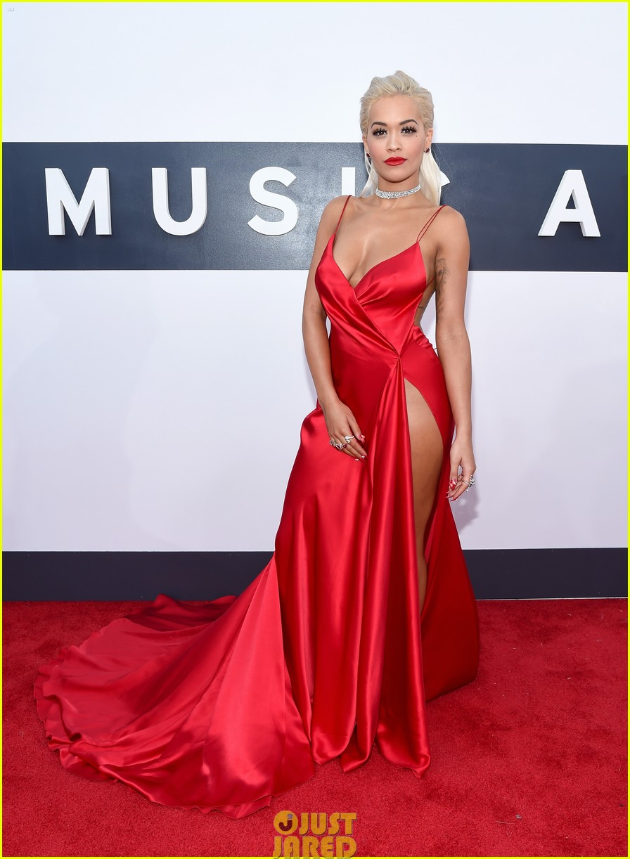rita ora chris brown mtv vmas long legs red carpet 063182450