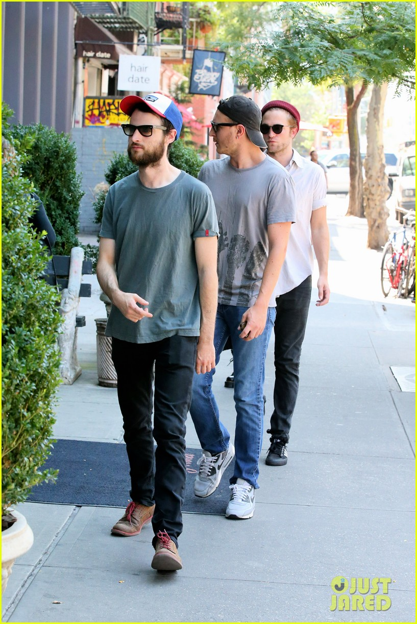 robert pattinson hands with tom sturridge friends 013184893