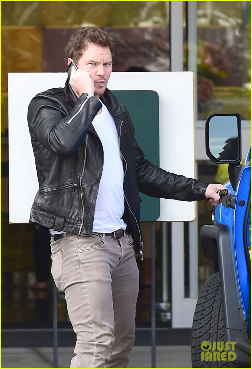 hunky chris pratt looks super fine in leather jacket 07