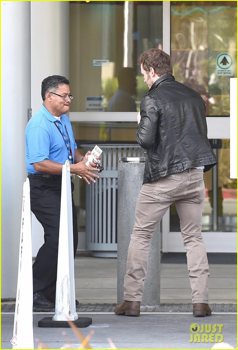 hunky chris pratt looks super fine in leather jacket 133179728