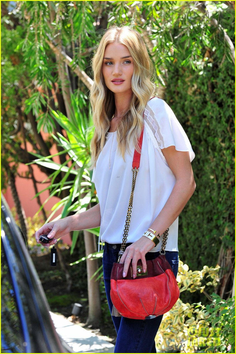 rosie huntington whiteley stuns lacy dress modelco launch 093184557