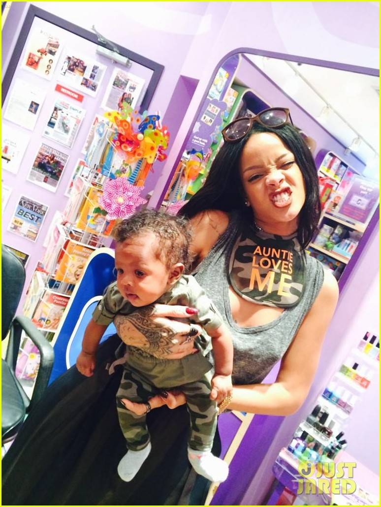 rihanna teaches her baby niece how to make selfie faces 033180372