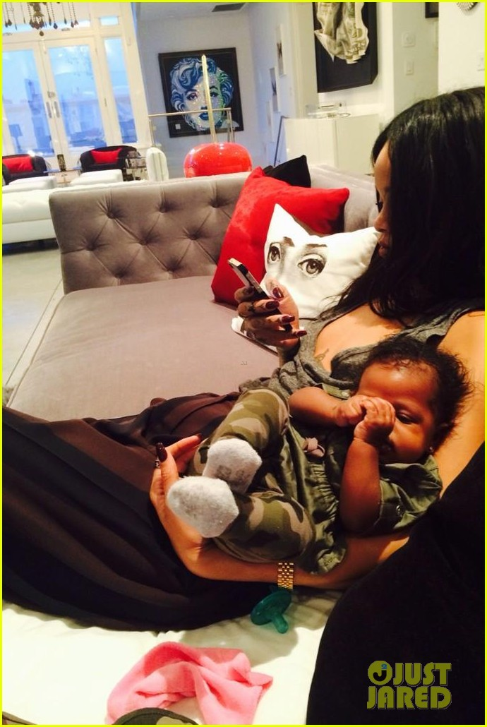 rihanna teaches her baby niece how to make selfie faces 053180374