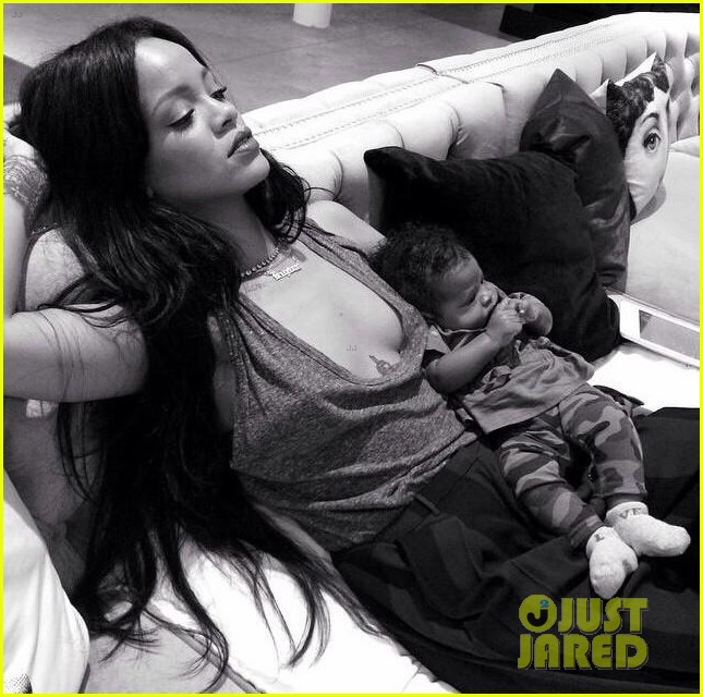 rihanna teaches her baby niece how to make selfie faces 293180398