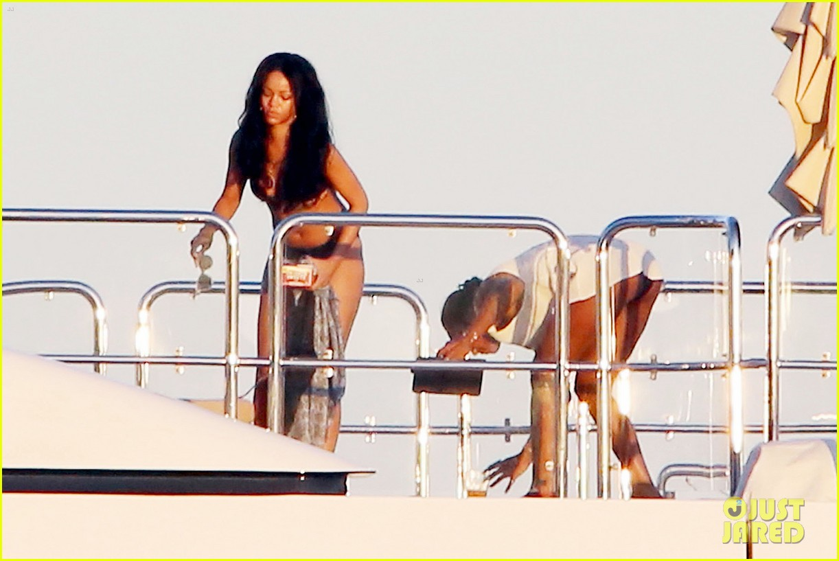 rihanna bares her amazing bikini body in italy 123185624