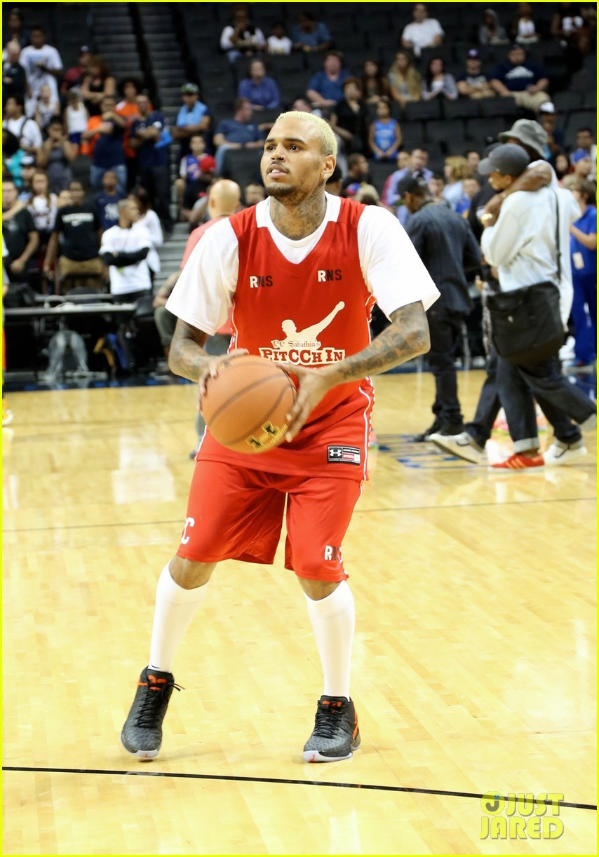 rihanna watches chris brown play basketball in courtside seats 01