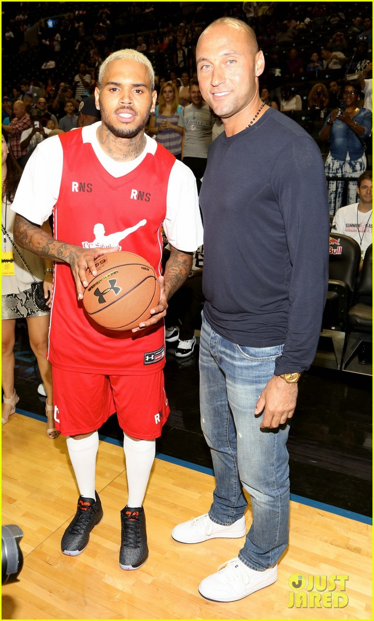 rihanna watches chris brown play basketball in courtside seats 073180639