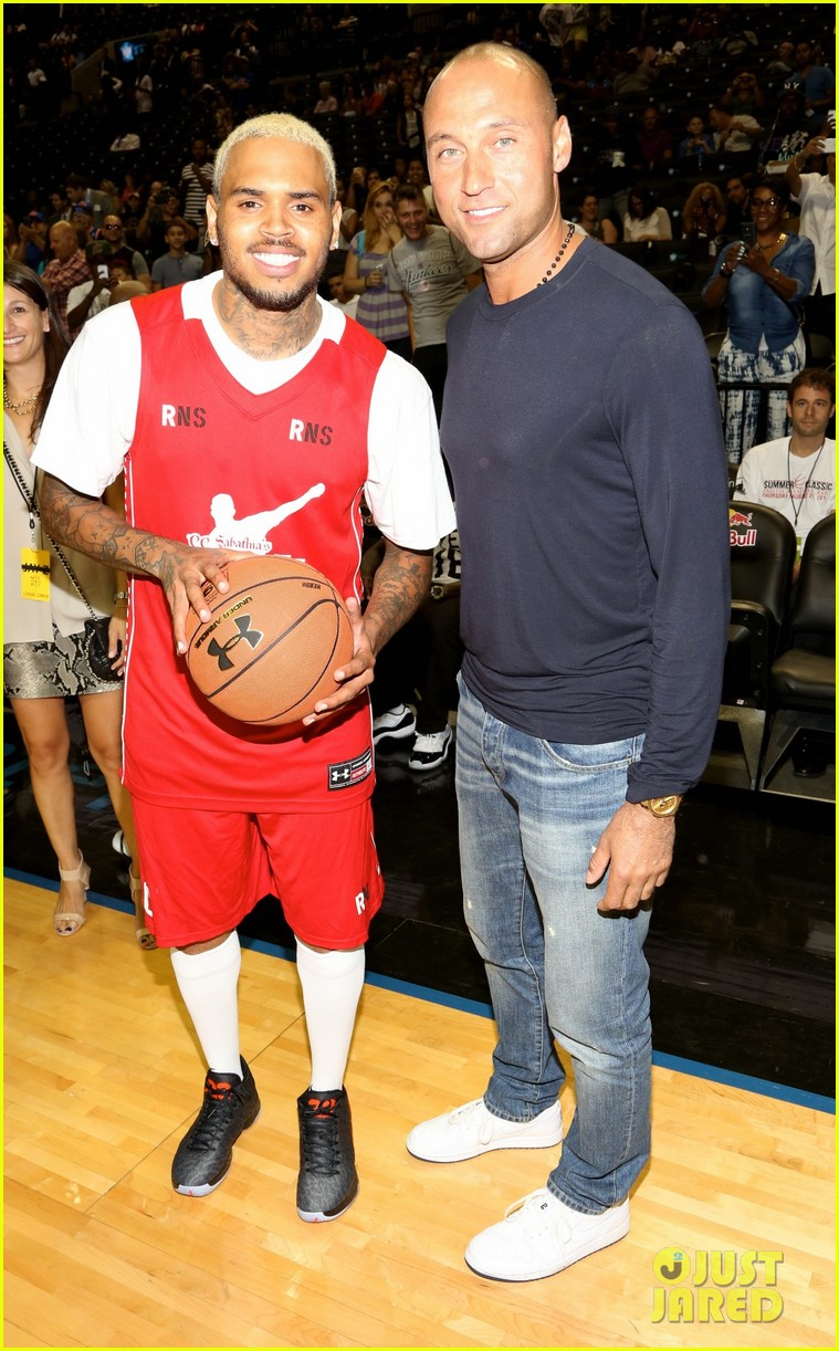 rihanna watches chris brown play basketball in courtside seats 083180640
