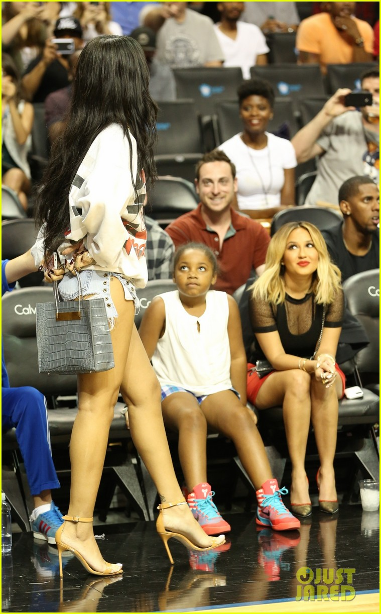 rihanna watches chris brown play basketball in courtside seats 143180646