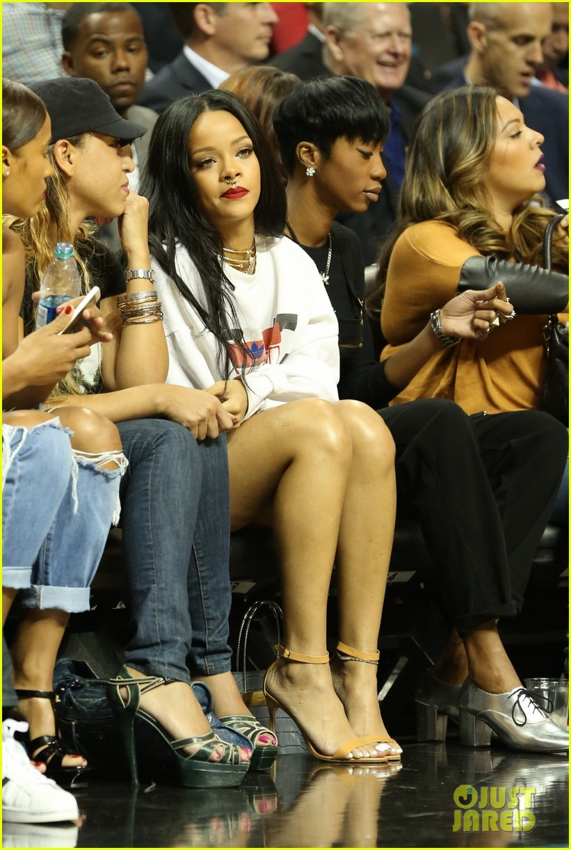 rihanna watches chris brown play basketball in courtside seats 163180648