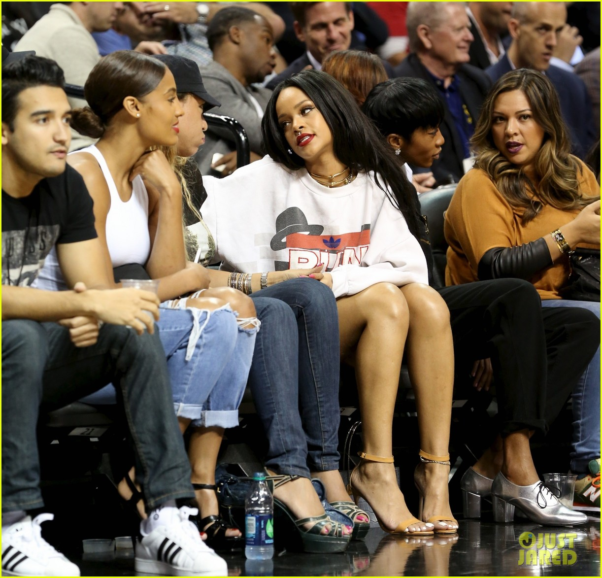 rihanna watches chris brown play basketball in courtside seats 193180651